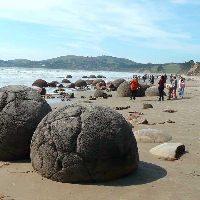Grupo en la playa Moreaki Boulders